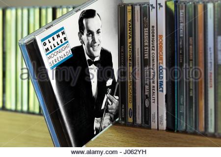 Moonlight Serenade Glenn Miller, sorti de Cd entre autres CD sur une étagère, Dorset, Angleterre Banque D'Images