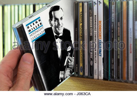 Moonlight Serenade Glenn Miller, CD en cours choisis à partir d'une étagère d'autres CD's, Dorset, Angleterre Banque D'Images
