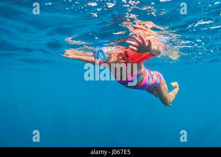 Happy baby girl à la plongée sous-marine plongée avec masque in sea pool. Mode de vie sain, les gens de l'aventure Banque D'Images