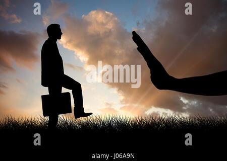 Businessman with briefcase walking sur fond blanc contre le bleu et orange ciel avec des nuages Banque D'Images