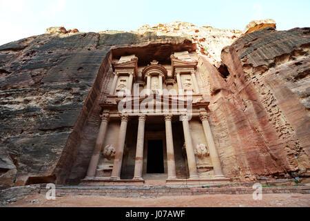 Le Trésor (El khazneh) dans l'ancienne ville nabatéenne de Pétra en Jordanie. Banque D'Images