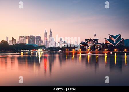 Kuala Lumpur au lever du soleil et le reflet de la ville dans le lac, la Malaisie Banque D'Images