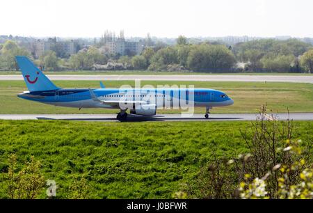 Boeing 757 de Thomson à la circulation au sol de l'aéroport de Birmingham, UK (G-CPEV) Banque D'Images