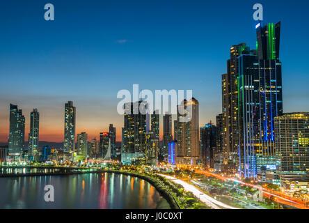 L'horizon de la ville de Panama, la nuit, la ville de Panama, Panama, Amérique Centrale Banque D'Images