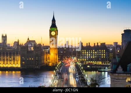 High angle view of Big Ben, le Palais de Westminster et Westminster Bridge at Dusk, London, England, UK Banque D'Images