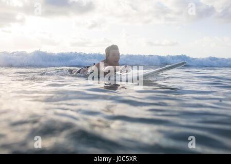 Woman paddling surf sur la mer, dans la province de Guanacaste, Nosara, Costa Rica Banque D'Images