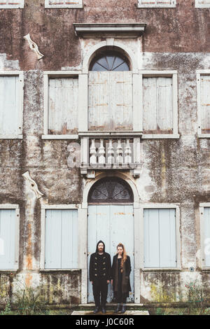Portrait of couple debout à la porte de l'ancienne maison