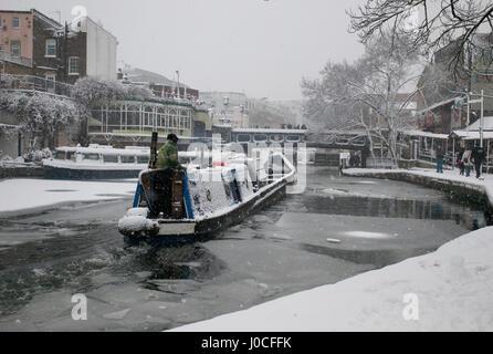 Barge Canal dans la neige sur le Regent's Canal près de Camden Lock à Londres, en Angleterre, en plein hiver. Banque D'Images
