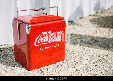 Vintage rouge Coca-Cola refroidisseur dans sunshine.