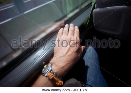 L'Europe, Allemagne, Bavière, voir l'homme de main du passager de Bus avec Watch Banque D'Images