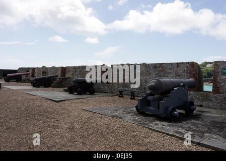 Une ligne de canons le début du 19e siècle , un montage Chambellans milieu du 16e siècle à la plate-forme d'artillerie Castle Cornet à St Peter Port à Guernesey,