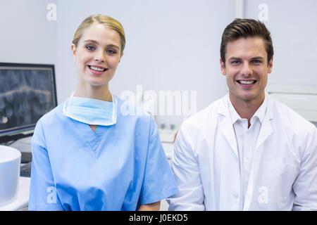 Portrait of happy nurse et dentiste en clinique Banque D'Images