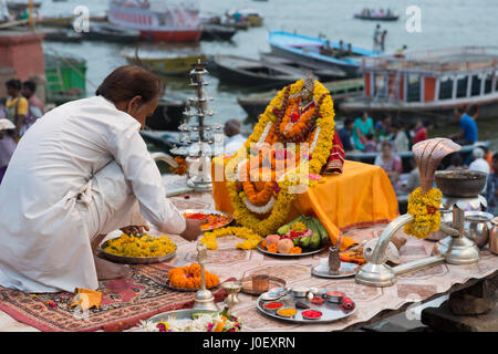 Man performing pooja, dashashwamedh Ghat, Varanasi, Uttar Pradesh, Inde, Asie Banque D'Images