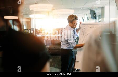 Businessman giving presentation de collègue de bureau moderne. Donner aux collègues présentation exécutif pour atteindre Banque D'Images