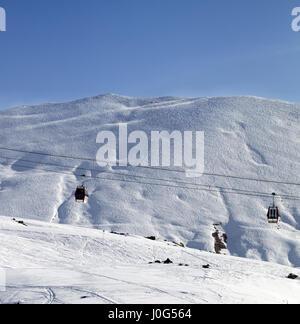 Télécabines et des pistes de ski au soleil de nice matin. Montagnes du Caucase, en Géorgie. Station de ski de Gudauri. Banque D'Images