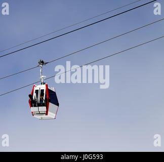Télécabine avec ski et snowboards. Station de ski de Gudauri, Géorgie. Montagnes du Caucase au jour soleil Banque D'Images