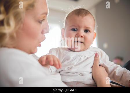 Mère tenant son bébé qui pleure Banque D'Images