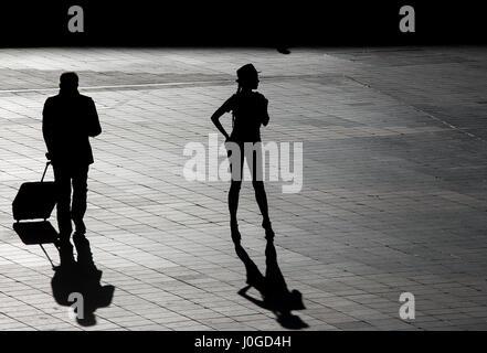 Silhouette d'une belle femme attendant dehors airport Banque D'Images