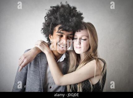 Jeune couple hugging Banque D'Images