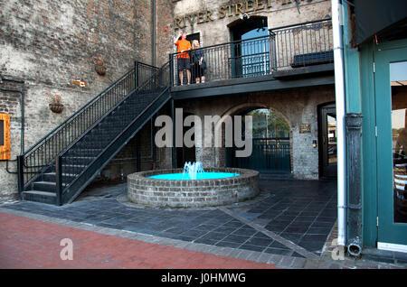 La rue de la rivière Centre-ville de Savannah GA Banque D'Images