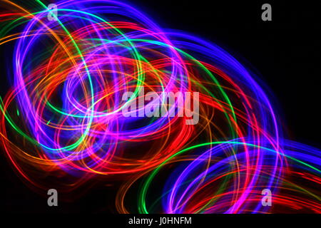 Light Painting Photographie de multi-couleur fairy lights dans un modèle de turbulence sur un fond noir. Photos Banque D'Images