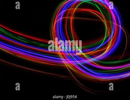 Lumière multicolore peinture photographie - mouvement et déplacement sur un fond noir. Une longue exposition photo Banque D'Images