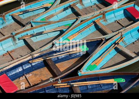 Barques en bois amarré sur la rivière Cherwell à Oxford. Oxfordshire, Angleterre Banque D'Images