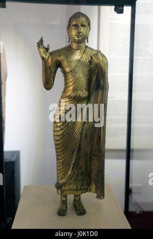 Sri Lanka Colombo National Museum Statue de Bouddha Debout en bronze avec main droite en Abhaya mudra