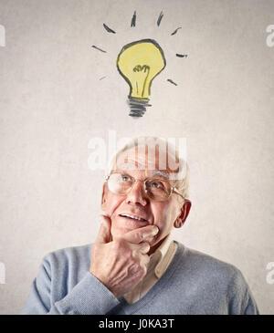 Vieil homme avoir une idée Banque D'Images