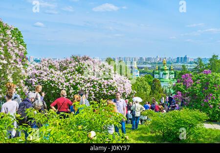 KIEV, UKRAINE - Mai 2, 2016: Les Visiteurs du jardin botanique Jardin lilas aller à l'intérieur pour profiter de Banque D'Images
