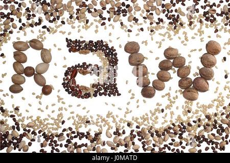 Le mot raw est écrit dans différents types de noix de macadamia, pacanes, pistaches, noix de pin, noyer.