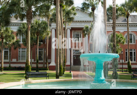 Deland Florida Stetson University fontaine et Palm Court avec des palmiers dans la petite ville paisible de l'éducation, Banque D'Images