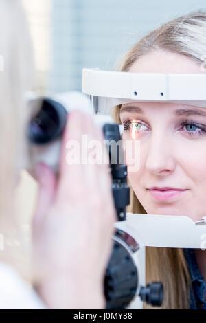 Patient de sexe féminin ayant l'examen des yeux dans l'optométriste's shop, close-up.