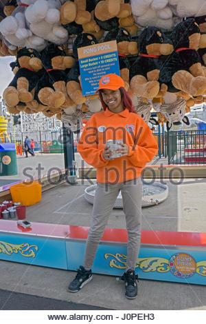 Un jeune étudiant à une partie du temps et de l'emploi d'été au Luna park de Coney Island, Brooklyn, New York. Banque D'Images