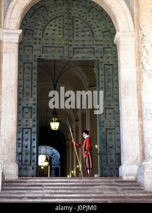 Soldats suisses de la Garde suisse à la basilique Saint-Pierre, Vatican, Rome, Latium, Italie, Europe Banque D'Images