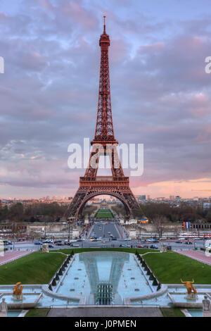 La Tour Eiffel et les fontaines au coucher du soleil. Paris. France Banque D'Images