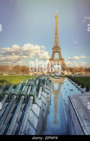 La Tour Eiffel et les fontaines sur une journée de printemps ensoleillée. Paris. France Banque D'Images