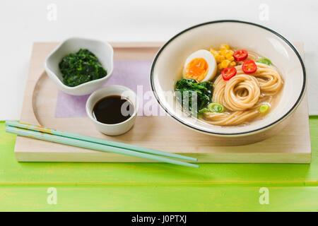 Soupe aux nouilles ramen aux épinards et sauce de soja Banque D'Images