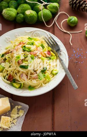 Spaghetti à la pancetta Sprout Banque D'Images