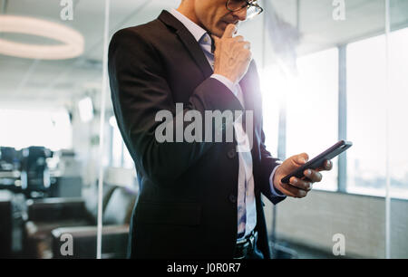 Cropped shot of woman in office et de penser. Male executive holding smart phone.