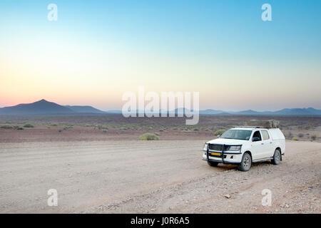 4x4 dans la concession de Palmwag, la Namibie. Banque D'Images