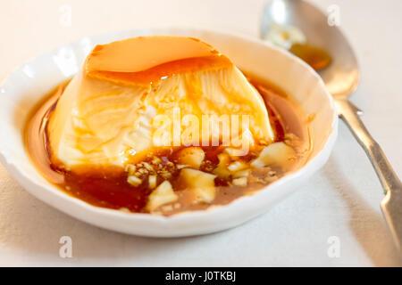 La crème caramel crème dessert- avec la sauce au caramel