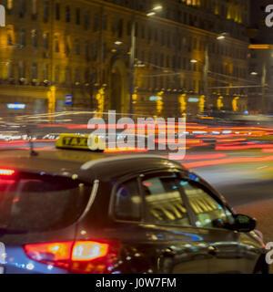 Abstract vintage tone motion, image floue de taxi, le trafic urbain de nuit et lumineux avec les lumières de la Banque D'Images