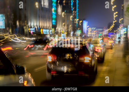 Abstract vintage tone motion, image floue de nuit rue urbain avec circulation feux arrière-plan flou, pour utilisation Banque D'Images