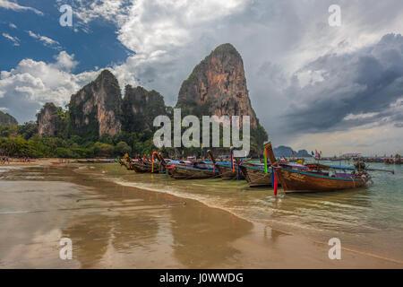 Bateaux Longtail sur Railay Beach, Ao Nang, province de Krabi, Thaïlande, Asie du Sud-Est