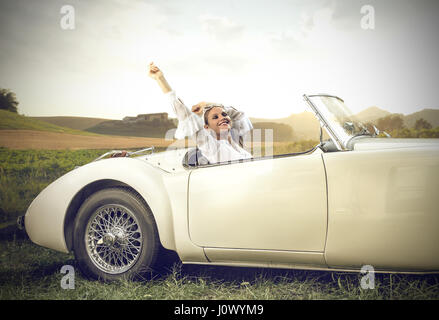 Blonde woman resting in car Banque D'Images