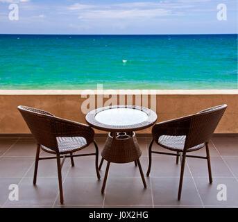 Table et chaises sur la terrasse, vue sur l'océan Banque D'Images