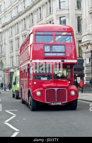 Vintage et emblématiques du London Transport bus Routemaster rouge encore en fonctionnement sur le patrimoine d'autobus Banque D'Images