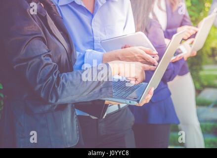 Close up groupe affaires et réunion d'équipe à l'aide d'ordinateur portable et la technologie de l'appareil numérique Banque D'Images