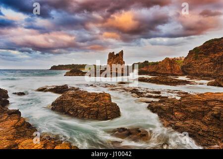 De soleil colorés à Bombo beach et cathédrale des rochers sur Kiama, côte du Pacifique de l'Australie. Des rochers Banque D'Images